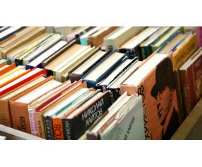 Библиомат раздава книги пред библиотеката във Варна