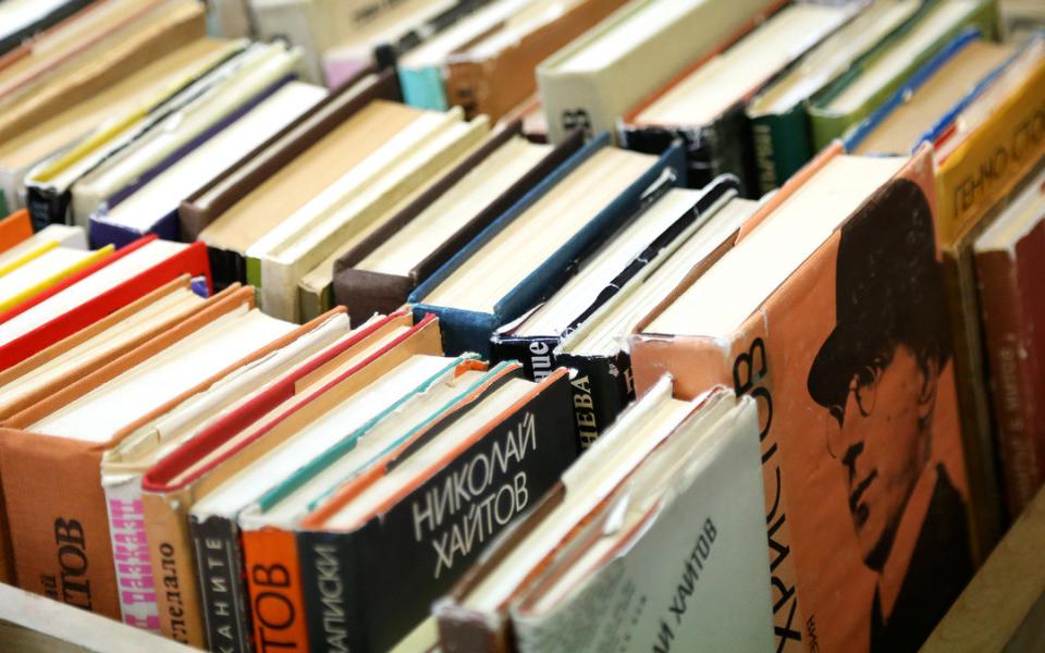 Нова услуга в Регионалната библиотека във Варна заради пандемията. Читателите могат да вземат книги, без да влизат в сградата. Това става с библиомат,...