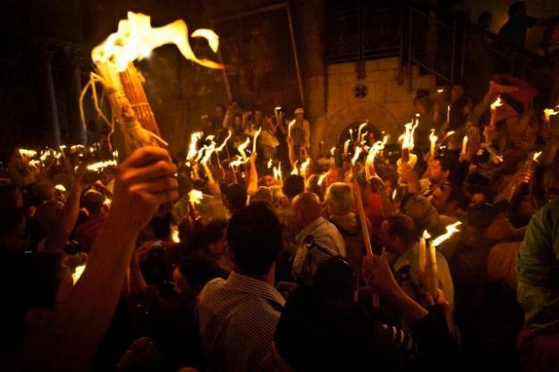 """Благодатният огън слезе в храма """"Гроб Господен"""" в Ерусалим, предаде БТА. Според православната традиция пламъците се появяват спонтанно и запалват свещите,..."""
