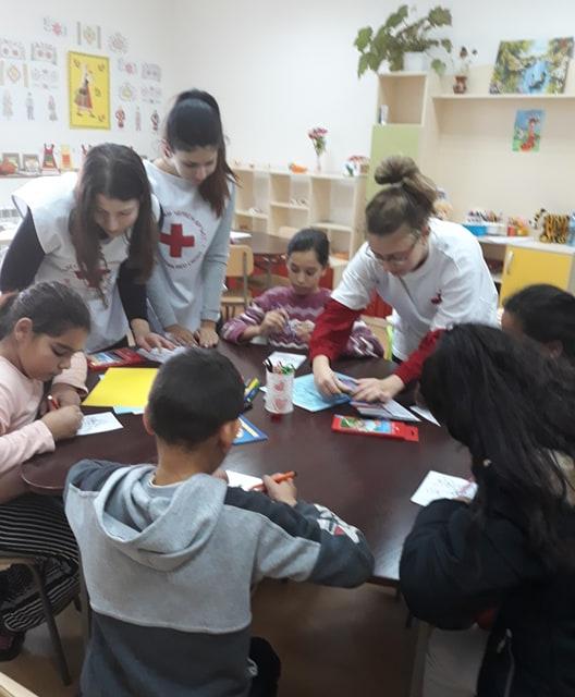Доброволци от Младежкия червен кръст и децата от социалните заведения в община Стралджа организираха работилница на дядо Коледа. Всички заедно изработиха...