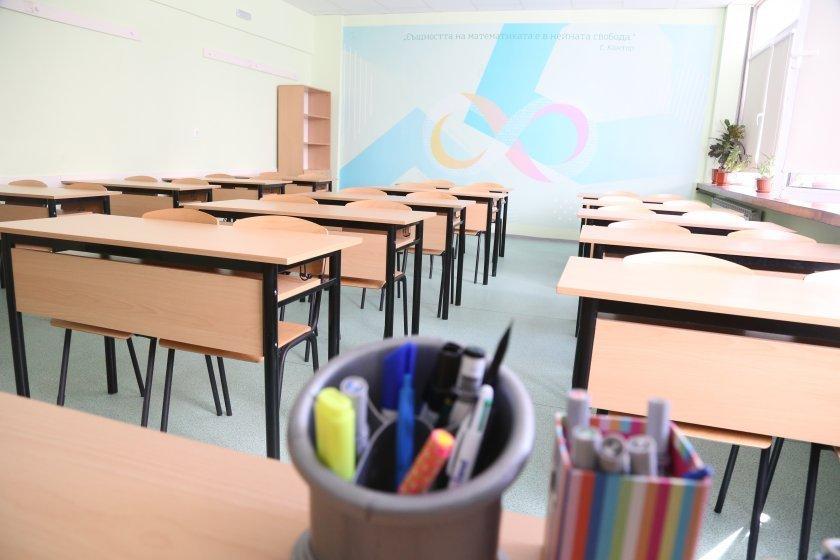 В Ямболска област се очаква в класните стаи на 15-и септември да влязат близо 10 000 ученици, от тях - 1035 първокласници, пишат от БТА. Закрита е една...