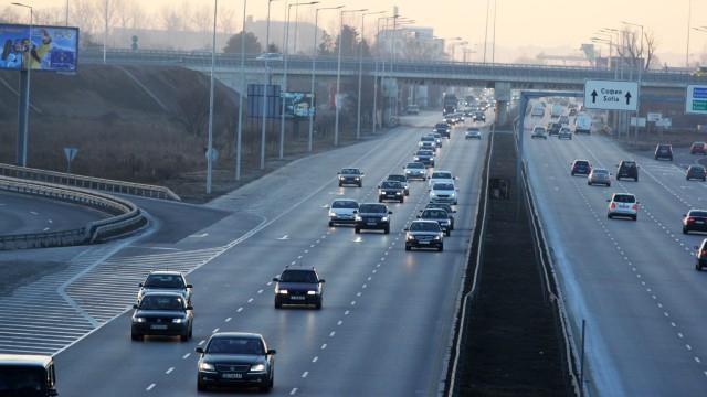 Интензивен трафик в цялата страна преди коледните празници. Очаква се на път да тръгнат между 250 000 и 300 000 автомобила. Още преди обед в петък в столицата...