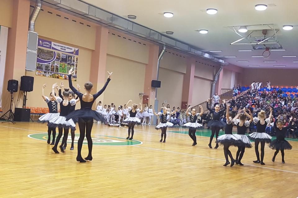 """Над 300 деца и младежи от Сливен участваха в благотворителния концерт """"Надежда за Димитър"""" в подкрепа на 20-годишния Димитър Щилиянов. Организатор на..."""