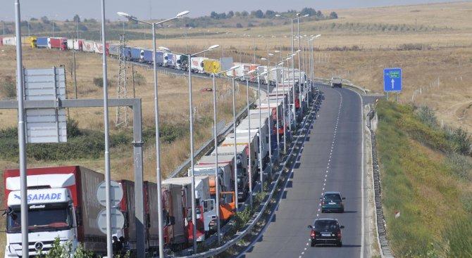 За блокада на пътя от Капитан Андреево към Турция съобщава Нова. Жители на Свиленград недоволстват заради километричните колони от тирове по границата...