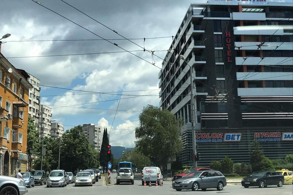 """На 4 юни, в 12,45 часа, в РУ-Сливен, е получен сигнал за настъпило пътно произшествие на кръстовище с булевардите """"Хаджи Димитър"""" и """"Братя Миладинови""""...."""