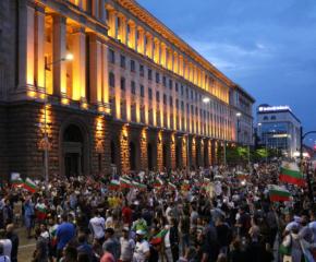 БНР: Антиправителственият протест в столицата прерасна в многохилядно шествие