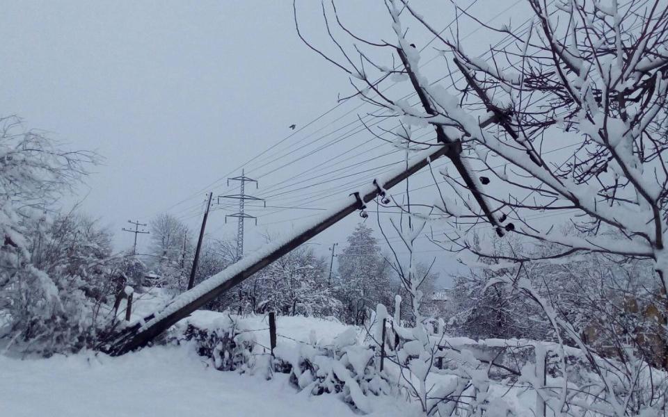 Четири села в Ловешко вече трето денонощие са без ток, а екипите на електроразпределителното дружество продължават да отстраняват авариите.В община Ловеч,...