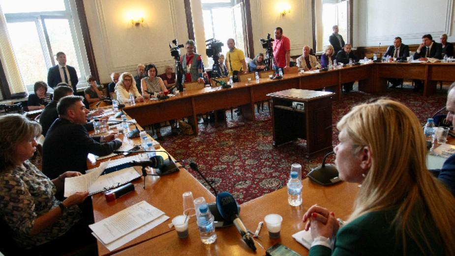 Депутатите от парламентарната правна комисия подкрепиха промяна в института на съкратеното съдебно следствие. На първо четене те гласуваха и четирите законопроекта,...