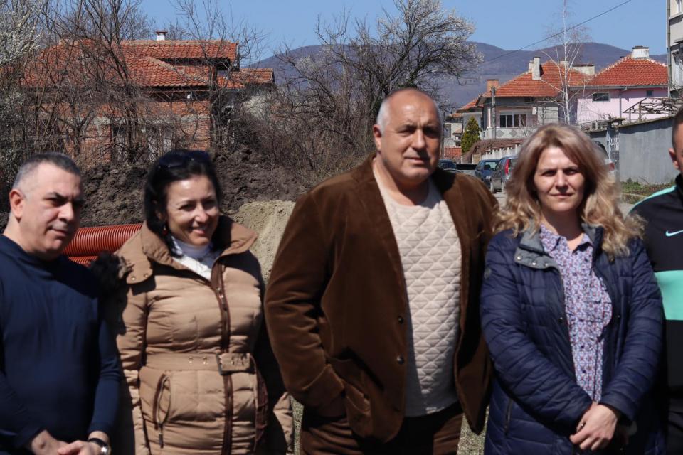 """Премиерът Бойко Борисов посети днес сливенския квартал """"Речица"""", където започна изграждането на канализация за отпадни води. Проектът се изпълнява по Оперативна..."""