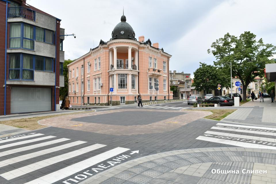 """Кметът Стефан Радев, заедно с изпълнителя на реконструкцията на бул. """"Хаджи Димитър"""", проектанта и фирмата по надзор инспектираха дейностите по завършения..."""