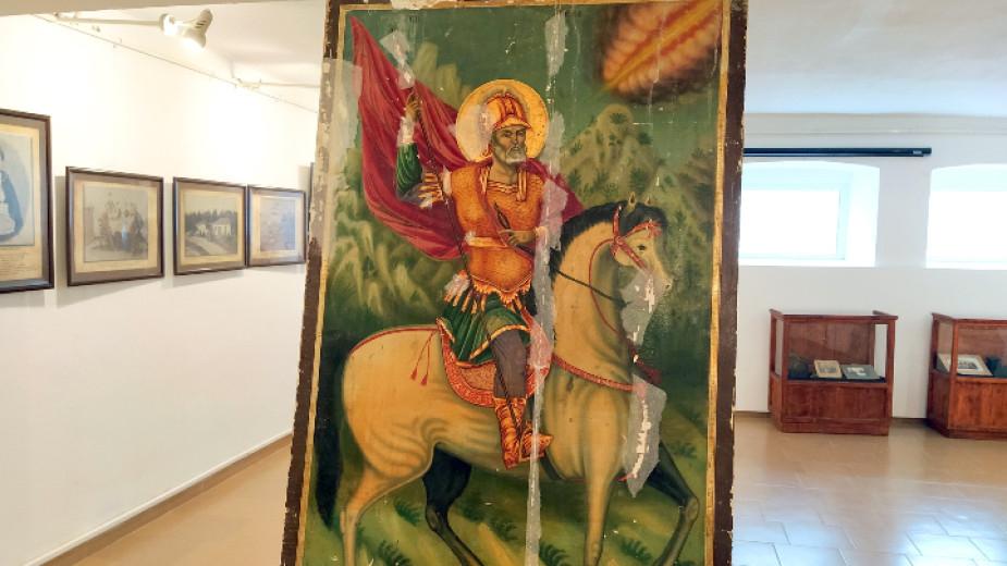 Дарения за реставрация на икони, спасени при акции на полицията срещу крадци преди повече от 25 години, събира историческият музей в Бургас. Иконите са...