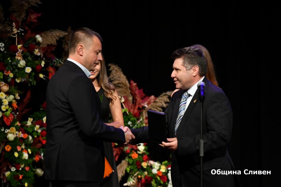 """На тържествена церемония в зала """"Сливен"""" бяха раздадени традиционните награди на Община Сливен. Събитието се проведе при голям интерес. Временно изпълняващият..."""