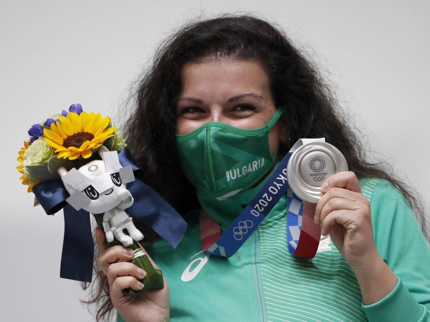 България вече има своя първи медал от Олимпиадата в Токио. Антоанета Костадинова зарадва цялата страна в ранните зори на неделния ден, след като спечели...