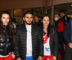 Българските щангисти, които спечелиха златни медали на Европейското, се завърнаха на родна земя
