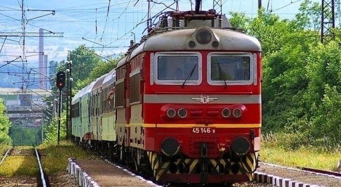 Бързият влак от Бургас за София аварира преди гара Карнобат около 8:00 часа тази сутрин,съобщи...