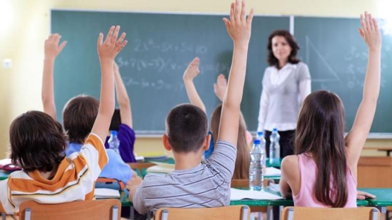 Учениците от първи до 4-ти клас в цялата страна се връщат към присъствено обучение от днес. Също от днес започва изпълнението на графика за смени, през...