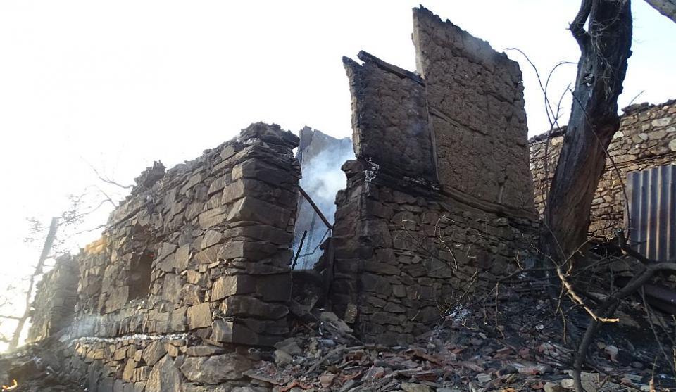 Сигналът за огъня е подаден в 16.30 от възрастни хора, които видели, че горят първите къщи на махала Дъбово на село Бистрица, намиращо се на 15 километра...