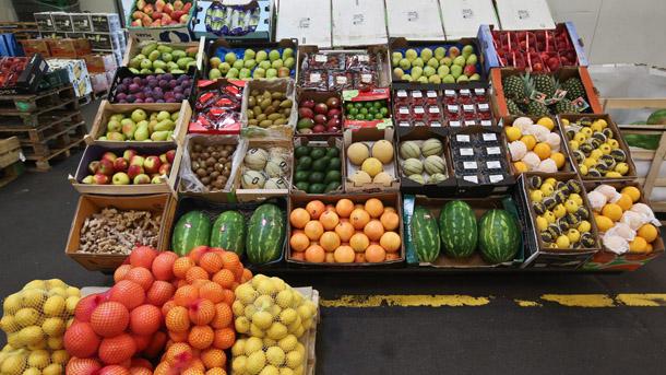 Националната агенция по приходите (НАП) е затворила зеленчуковата борса в Русе, предаде Булфото. Данъчните от снощи са започнали проверки на тържището. Всички...