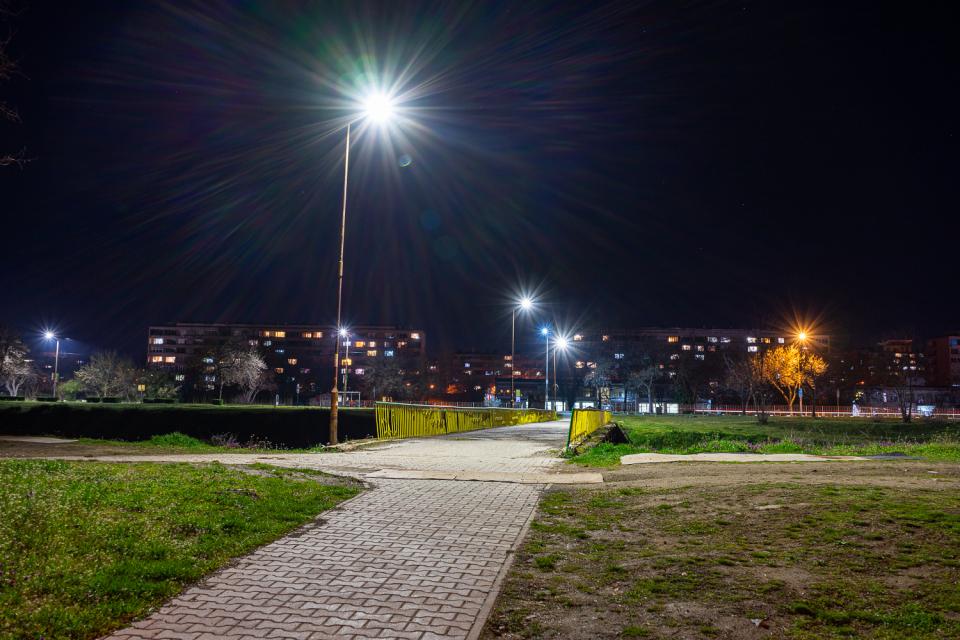 Осветителните тела, които бяха дарени през месец февруари, вече са монтирани на различни места в Ямбол. С една част от тях са осветени някои от главните...