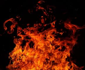 Дарители помогнаха на възрастни хора с ремонт на изгорелите им къщи