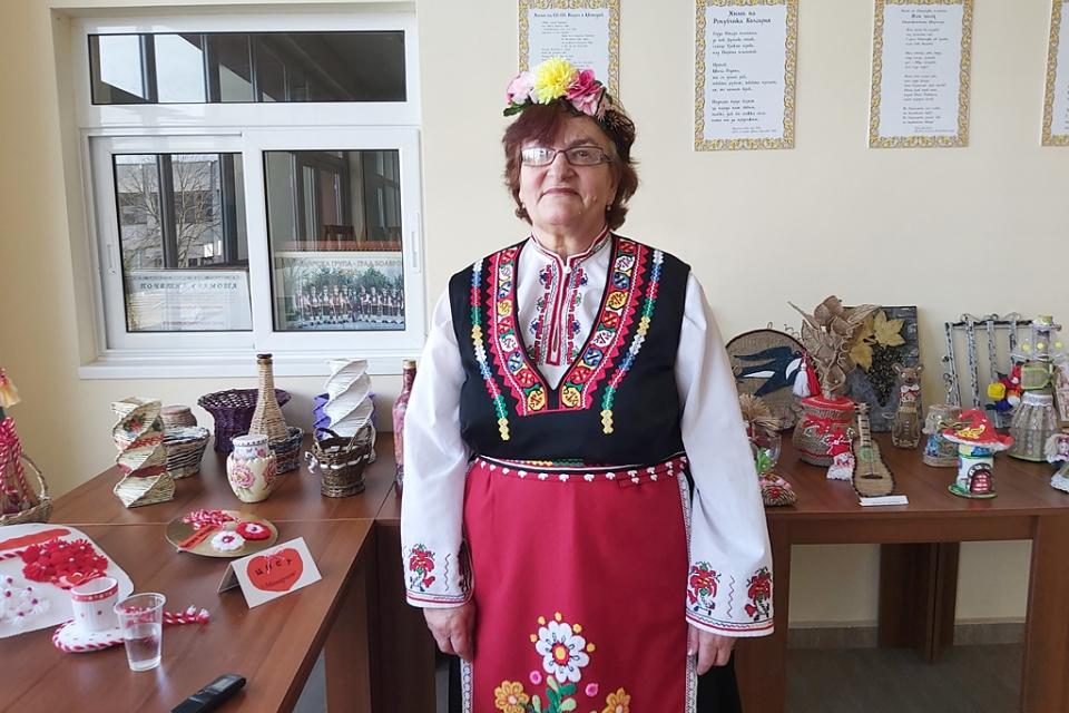 Мара Христова се определя като обикновен самодеец. Именно като самодеец тя пее народни песни от вече далечната 1977 г., а от 1990 г. е и художествен ръководител...