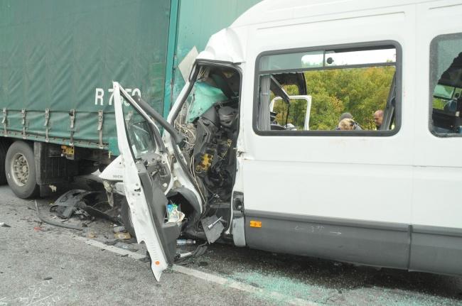 Шофьорът на тира, предизвикал тежката катастрофа край Лесово в началото на октомври отива на съд. Делото ще се гледа на 19 януари 2021 г. в Окръжен съд...