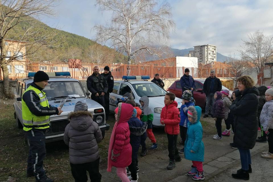 """Детска градина """"Теменуга"""" в Сливен посрещна днес служители от ОДМВР-Сливен, които запознаха децата с полицейската професия. Домакини бяха 6-годишните възпитаници..."""