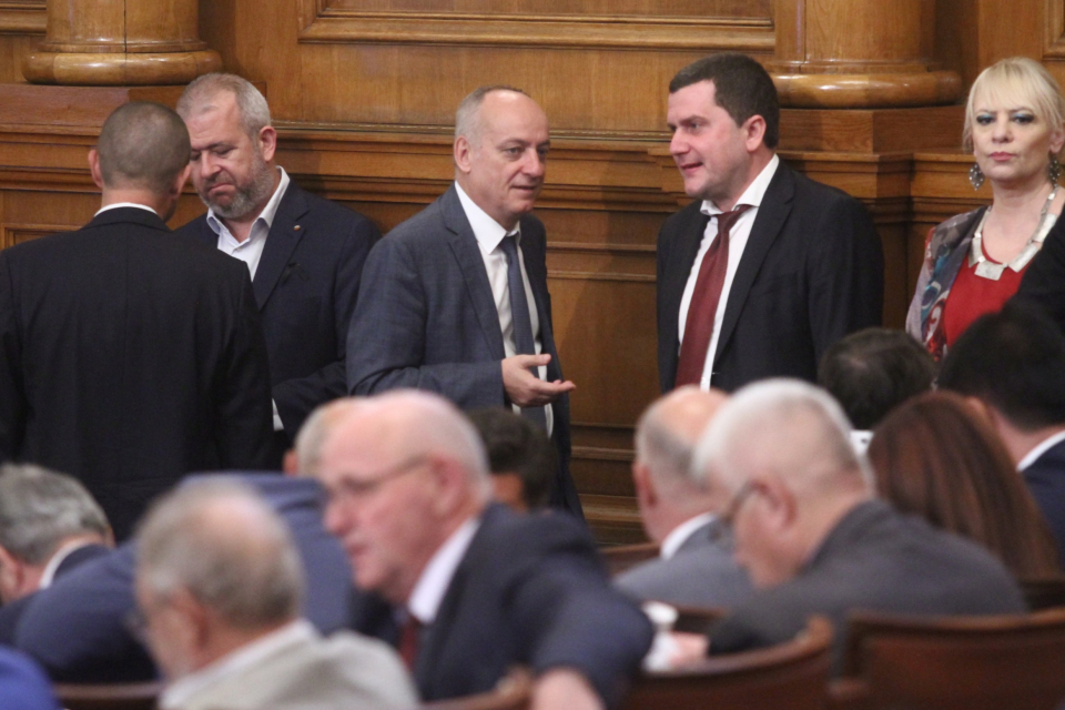 """Парламентът ще преустанови работата си от 16 до 25 октомври заради местните избори. Такова решение приеха народните представители. """"За"""" проекта гласуваха..."""
