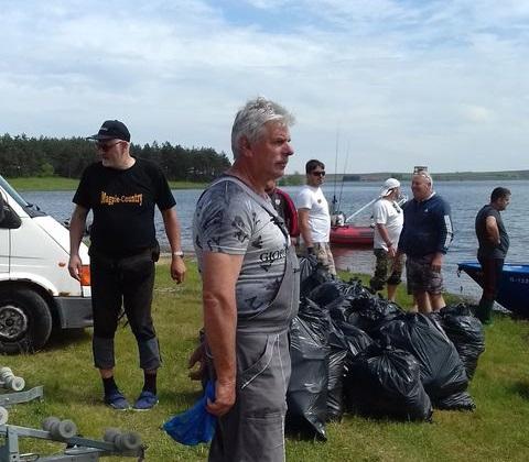 """Десетки доброволци се включиха в екоакция край язовир """"Малко Шарково"""" на 8 май. Инициативата, която премина под мотото """"Който обича гората/водата слага..."""