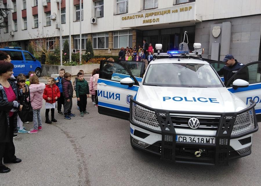 """Децата от подготвителни групи """"Ранобудно петленце"""" и """"Делфи"""" на ДГ """"Пламъче"""" в Ямбол посетиха областната дирекция за да се запознаят с дейността на полицаите..."""