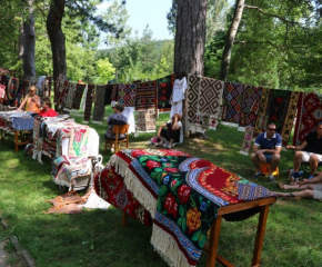 Деца от Котел ще тъкат килими в Световния ден на плетенето на открито