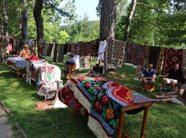 Деца от Котел ще тъкат килими в Световния ден на плетенето на открито, съобщиха от общинския пресцентър. Работилницата на открито ще започне от 10 часа...