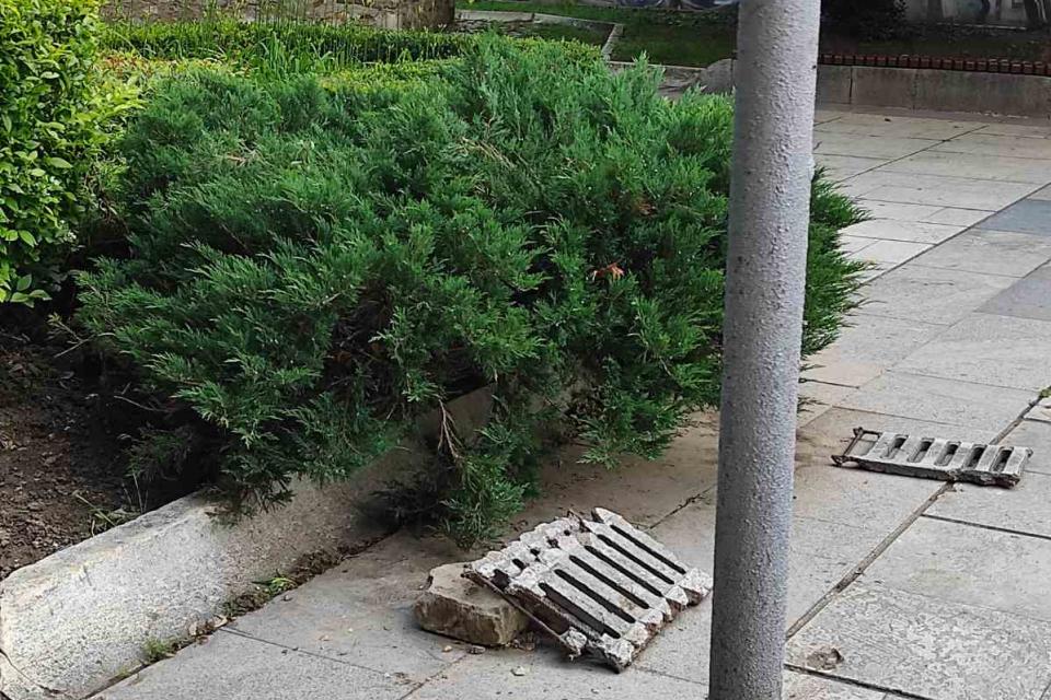 Подрастващи любители на екстремното колоездене масово премахват решетки от дъждоприемните шахти по главната улица, за да практикуват уменията си. Решетките...