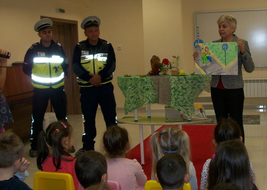 Днес децата от две детски градини в Ямбол демонстрираха отлично познаване на основните правила за пътна безопасност. Посещението на служители от сектор...