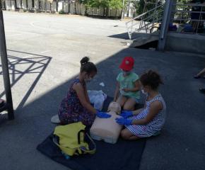 Деца се  учат да оказват първа помощ  при воден инцидент