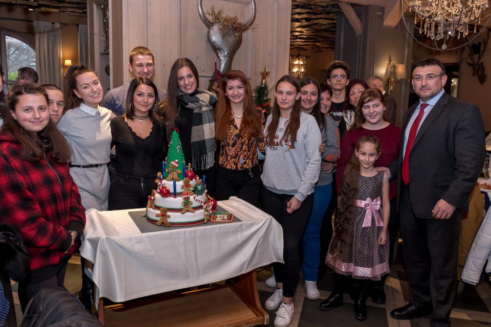 С помощта на всички дарители, 94 деца, подкрепяни тази година от Благотворителната кампания на МВР, получиха за Коледа по 900 лева, както и ваучери на...