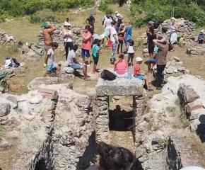 Деца и студенти заедно на разкопките във Воден