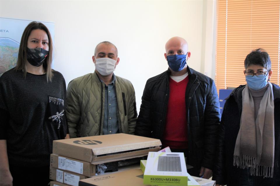 Заместник-кметът на Община Ямбол Енчо Керязов предостави компютри, таблет, мултифункционални устройства и рутери, закупени по проект, финансиран чрез Фонд...
