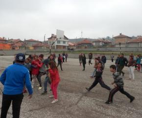 Децата от ромските квартали в Ямбол и Сливен отново са на училище