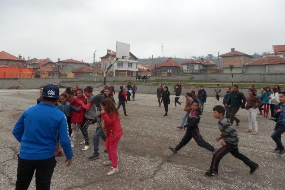 """60 % от учениците в ОУ """"Йордан Йовков"""" в Ямбол днес отново влязоха в класната стая. Медиаторите и тази сутрин са посетили домовете на тези, чиито родители..."""