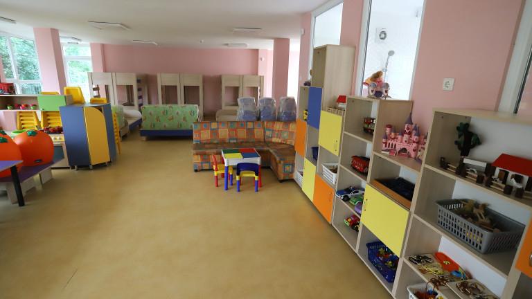 Родителите на 110 деца в Стрелча са недоволни, че трети месец единствената детска градина в общината не работи заради ремонт, който поради не може да приключи...