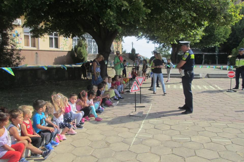 """Преди старта на новата учебна година, НЧ """"Просвета 1910"""", село Тенево, организира детски..."""