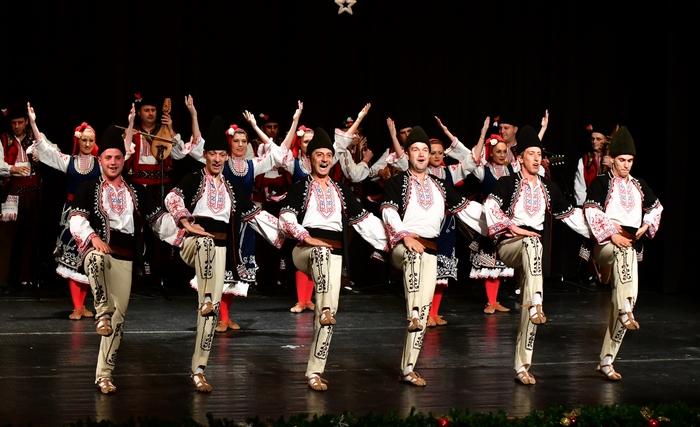 Днес се състоя традиционният коледен концерт на детските градини в Сливен. Най-малките жители на града под сините камъни бяха подготвили богата програма...