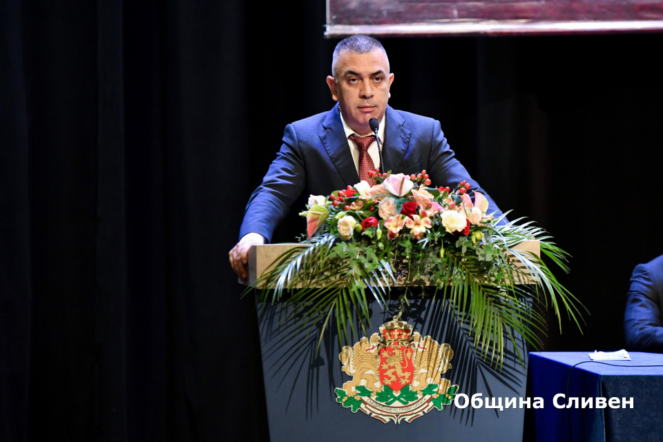 Тържествена сесия по случай празника на града проведе днес Общински съвет-Сливен. Заседанието откри неговият председател Димитър Митев, който в словото...