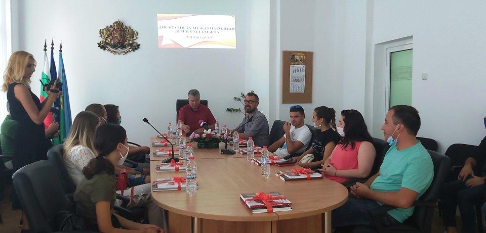 """На 12 август 2020 г. в община """"Тунджа"""" се проведе дискусия на тема """"Младо село"""", организирана по случай Международния ден на младежта, както и по повод..."""