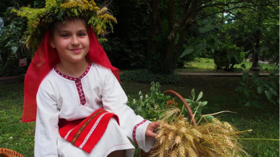 Днес е Еньовден. Според народните вярвания различните треви и билки имат най-голяма лечебна сила на днешния ден.  Еньовден е български народен празник,...