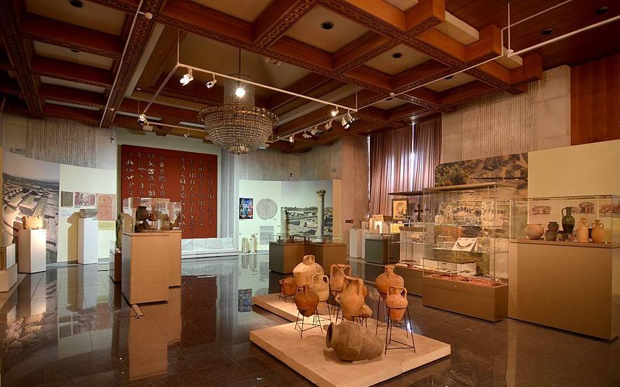 Музеи и галерии отварят врати днес. Те ще могат да работят при запълнени 30% от капацитета си. Навсякъде посетителите трябва да носят маски и да спазват...