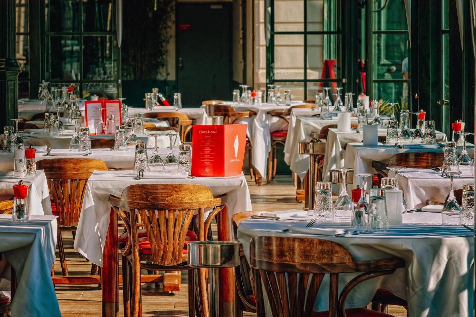 Отварят и закритите помещения на ресторанти, сладкарници и барове. Позволение да започнат дейност имат и СПА центровете, игралните зали и казината. Ресторантьори...