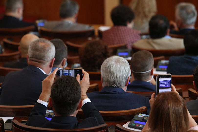 Депутатите гласуват днес предложените от премиера промени в състава на правителството, съобщава БНТ. Четири министерски оставки и една допълнителна рокада,...