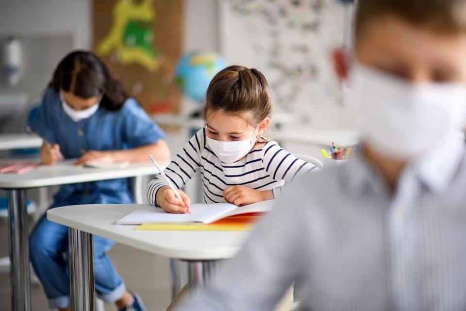 От днес училищата отварят врати за учениците от 1-и до 4-и клас. Възстановява се присъственият процес и в детските градини и яслите. Учениците от 5-и до...